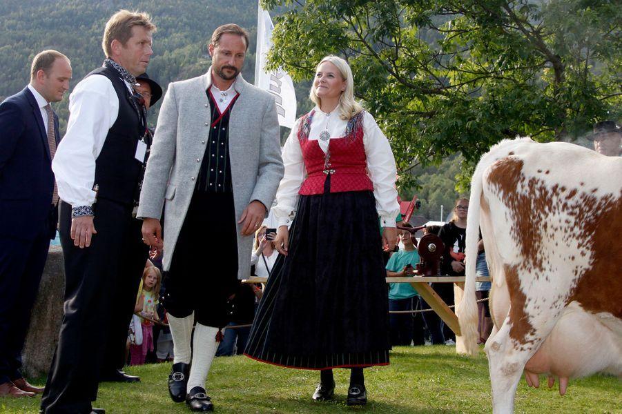 La-princesse-Mette-Marit-et-le-prince-Haakon-de-Norvege-a-Seljord-le-9-septembre-2016.jpg