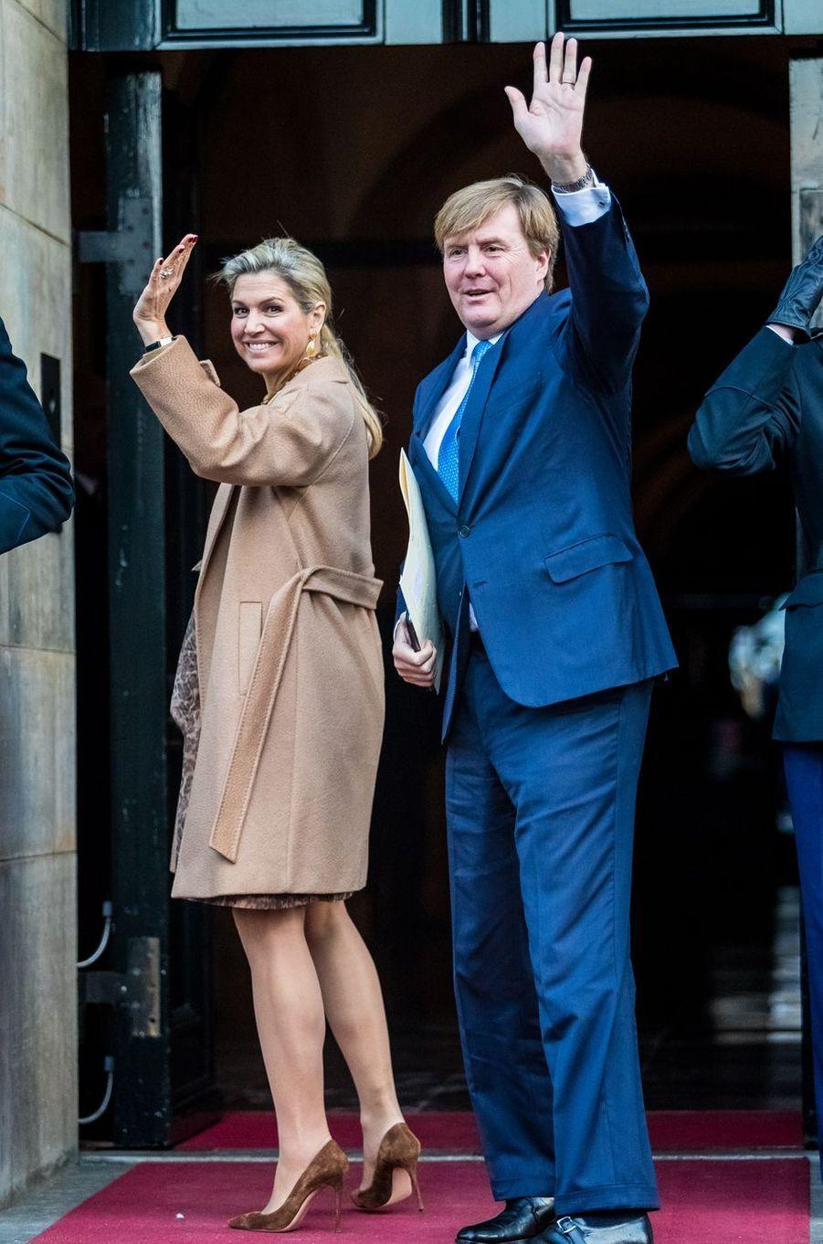 La reine Maxima et le roi Willem-Alexander des Pays-Bas arrivent au Palais royal à Amsterdam, le 6 décembre 2016
