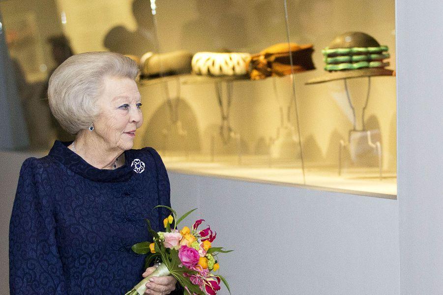 L'ex-reine Beatrix des Pays-Bas inaugure l'exposition de ses chapeaux au Paleis Het Loo, à Apeldoorn, le 22 mars 2017