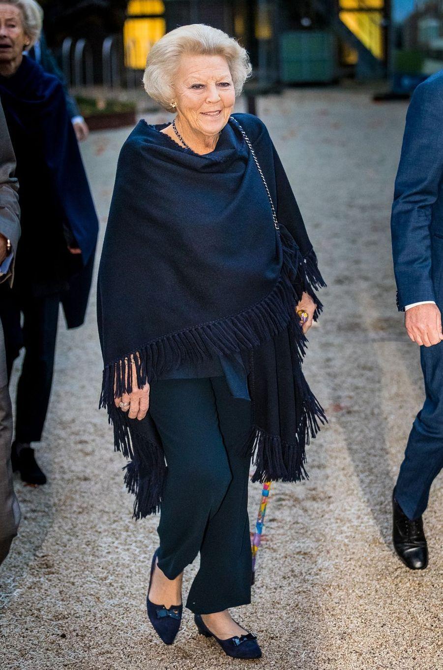 La princesse Beatrix des Pays-Bas arrive au Jardin botanique à Leyde, le 7 novembre 2016