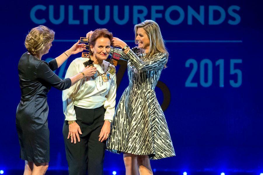 La reine Maxima des Pays-Bas avec l'architecte Francine Houben à Amsterdam, le 30 novembre 2015