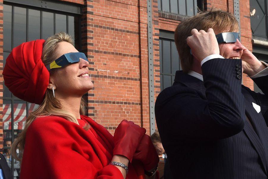 La reine Maxima des Pays-Bas regarde l'éclipse solaire avec le roi Willem-Alexander à Hambourg, le 20 mars 2015
