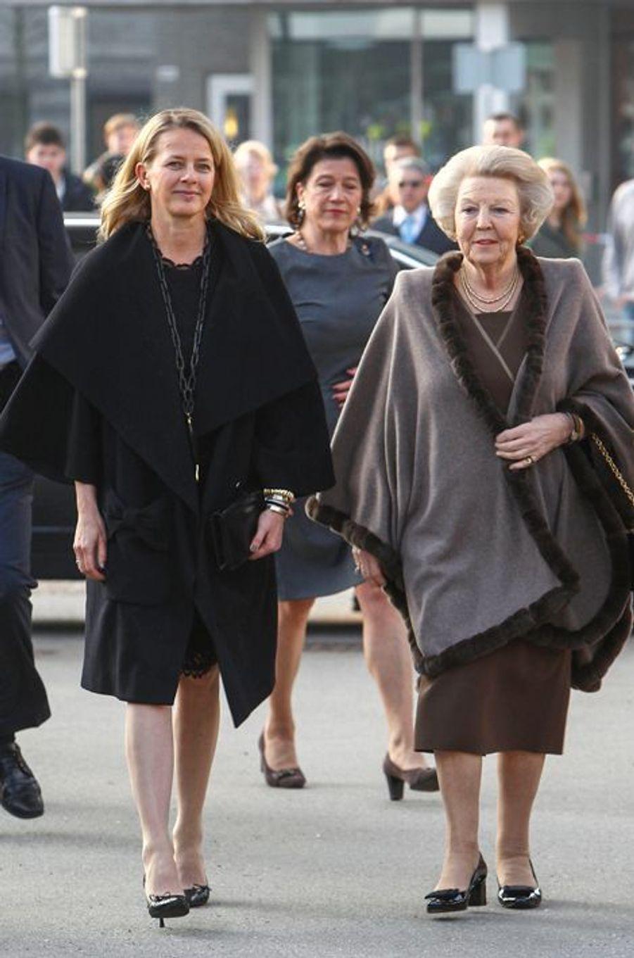 La princesse Mabel d'Orange-Nassau et l'ex-reine Beatrix des Pays-Bas à Enschede, le 18 mars 2015