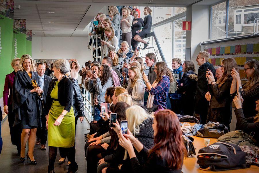 La reine Maxima des Pays-Bas accueillie en chanson dans la Thomas More Hogeschool à Rotterdam, le 7 décembre 2016