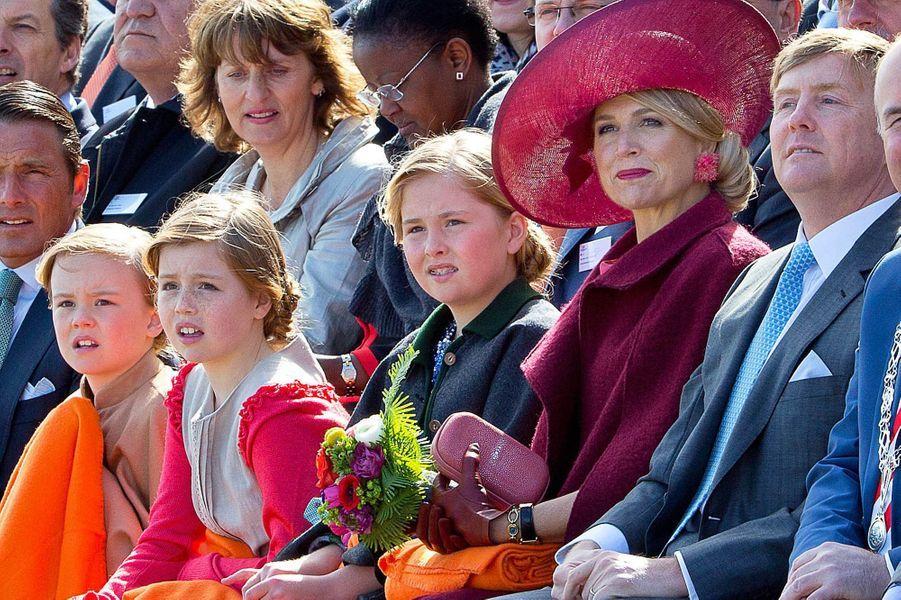 La reine Maxima et le roi Willem-Alexander avec leurs filles au Jour du Roi à Dordrecht, le 27 avril 2015