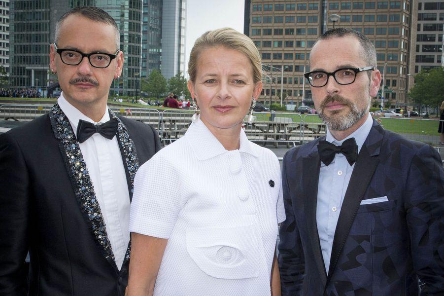 La princesse Mabel des Pays-Bas avec les stylistes néerlandais Viktor & Rolf à Amsterdam, le 4 juin 2016