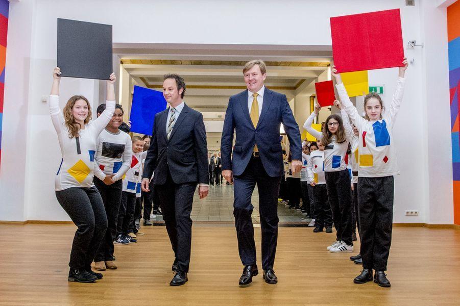 Le roi Willem-Alexander des Pays-Bas et sa haie d'honneur d'enfants auGemeentemuseum à La Haye, le 11 février 2017