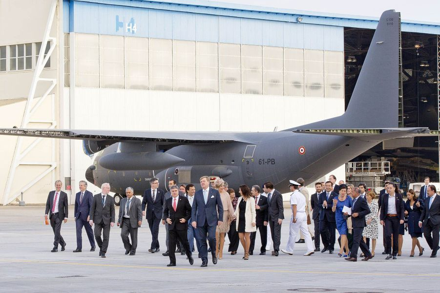 La reine Maxima et le roi Willem-Alexander des Pays-Bas chez OGMA à Alverca do Ribatejo au Portugal, le 12 octobre 2017