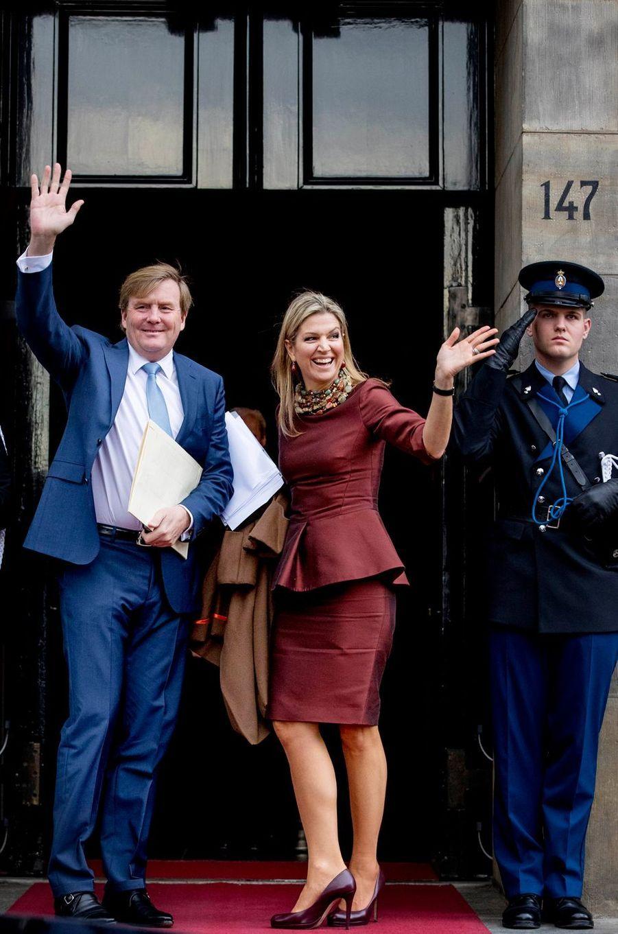 La reine Maxima et le roi Willem-Alexander des Pays-Bas devant le Palais royal à Amsterdam, le 8 décembre 2016