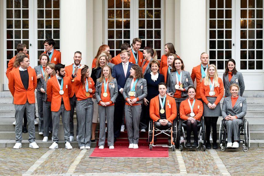 La reine Maxima, le roi Willem-Alexander et la princesse Margriet des Pays-Bas avec les médaillés de Pyeongchang à La Haye, le 23 mars 2018