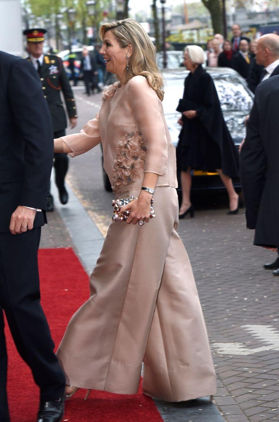 La reine Maxima des Pays-Bas dans un pantalon oversize à Amsterdam, le 5 mai 2017