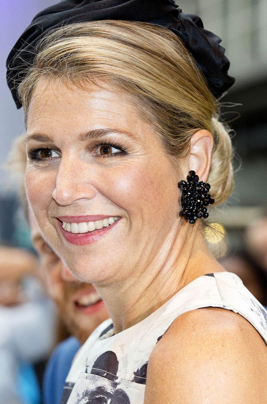 Détail des boucles d'oreille de la reine Maxima des Pays-Bas à La Haye, le 28 septembre 2017
