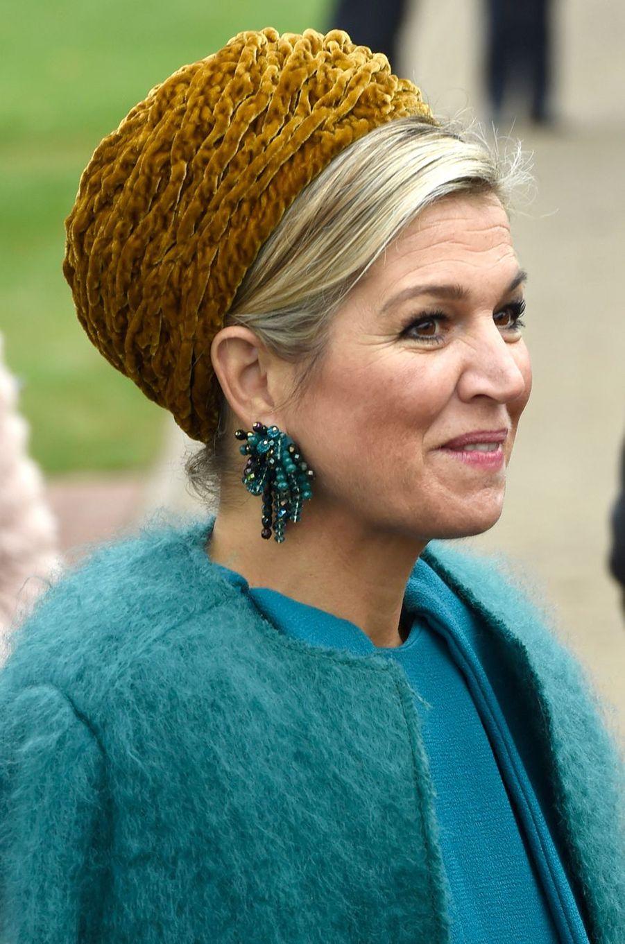 La reine Maxima des Pays-Bas dans un look bleu et caramel dans la région de Noordoost Twente, le 27 octobre 2016