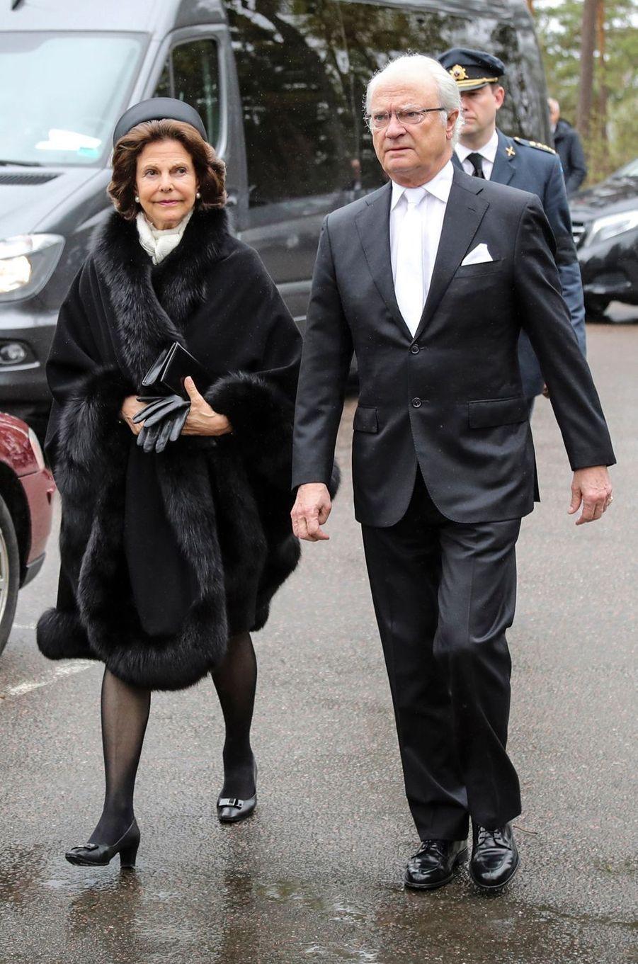 La reine Silvia et le roi Carl XVI Gustaf de Suède à Alingsas, le 11 mai 2017
