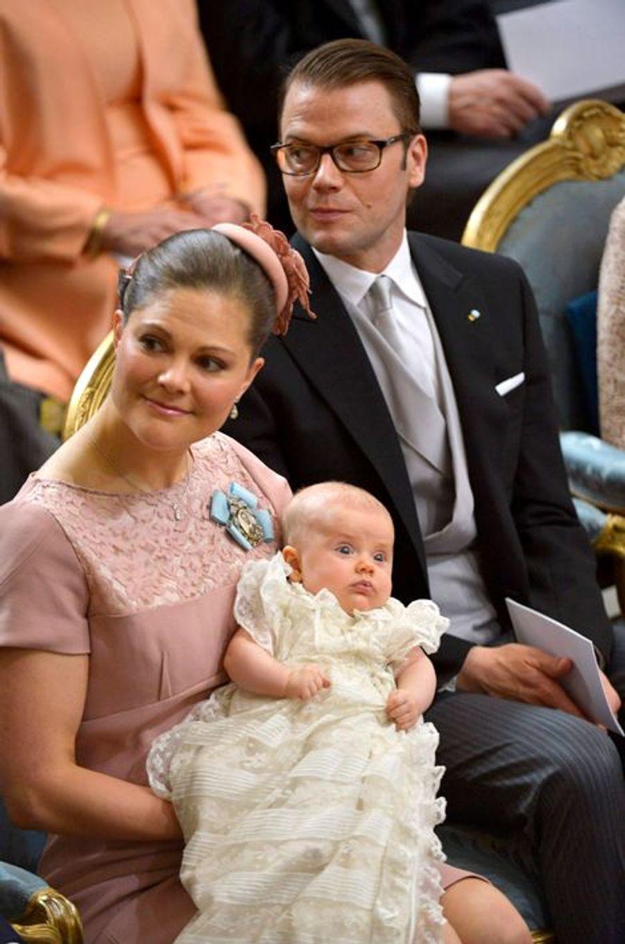 La princesse Estelle de Suède avec ses parents le jour de son baptême, le 22 mai 2012