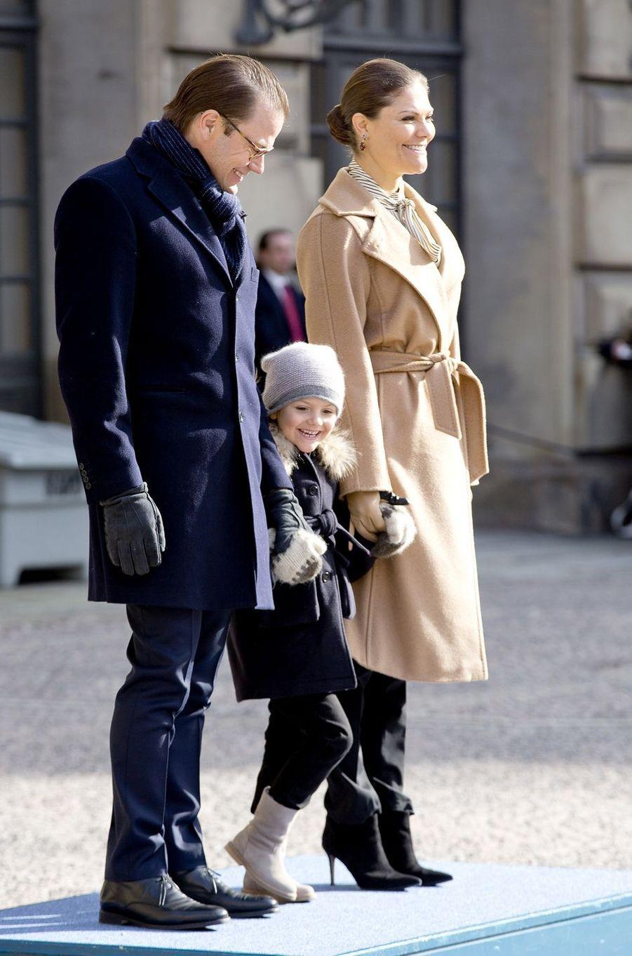 La princesse héritière Victoria de Suède avec le prince Daniel et la princesse Estelle à Stockholm, le 12 mars 2017