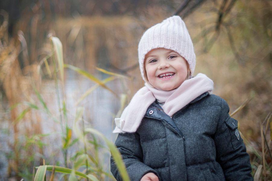 La princesse Estelle de Suède dans le parc Haga à Solna, le 23 novembre 2015