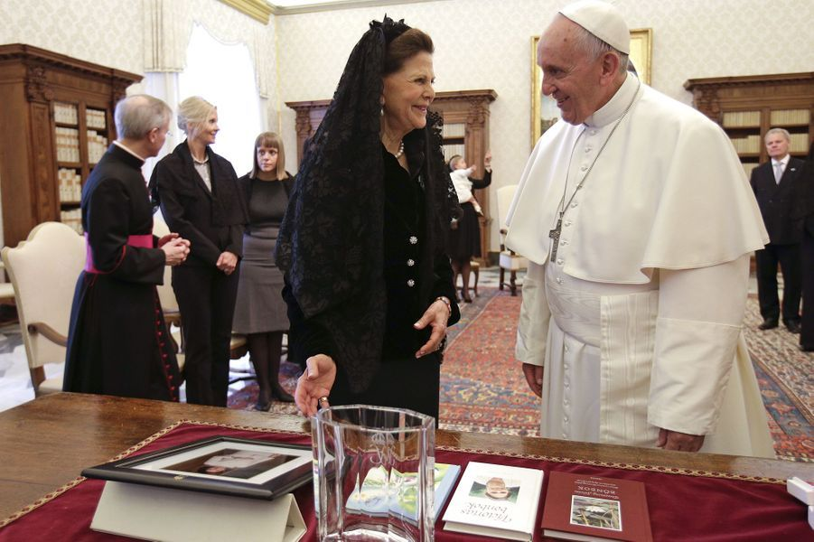 La reine Silvia de Suède et le pape François au Vatican, le 27 avril 2015