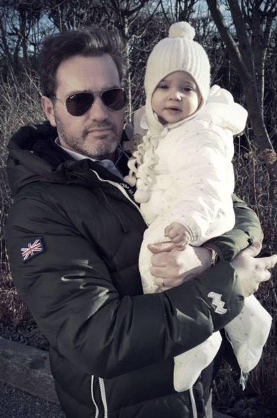 La princesse Leonore de Suède et son papa Christopher O'Neill, photo postée par la princesse Madeleine sur sa page Facebook le 31 décembre 2014