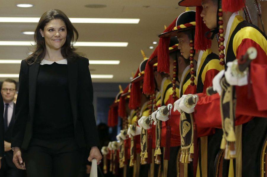 La princesse Victoria de Suède à son arrivée à l'aéroport international d'Incheon, le 23 mars 2015