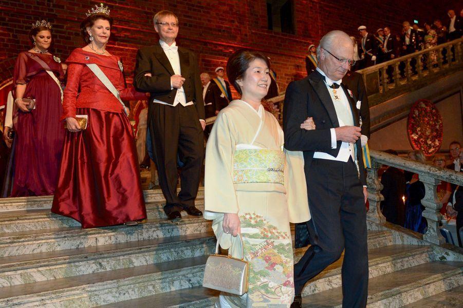 Le roi Carl XVI Gustaf, la reine Silvia et la princesse Victoria de Suède au banquet des Nobel à Stockholm, le 10 décembre 2015