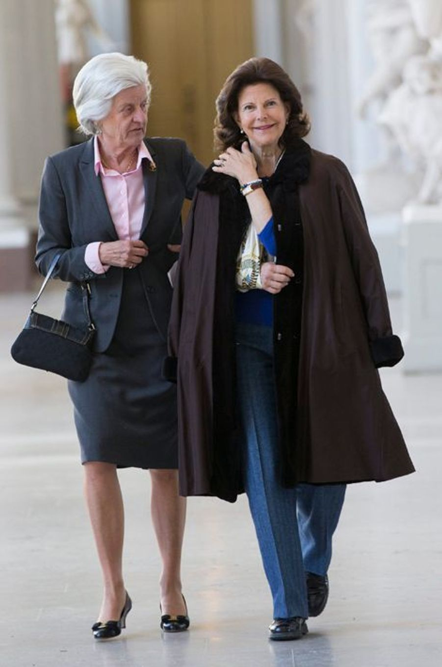 La reine Silvia de Suède avec sa dame de compagnie à Stockholm, le 13 avril 2015