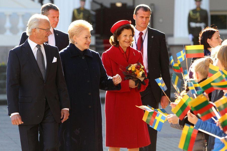 La reine Silvia et le roi Carl XVI Gustaf de Suède avec la présidente lituanienne à Vilnius, le 7 octobre 2015