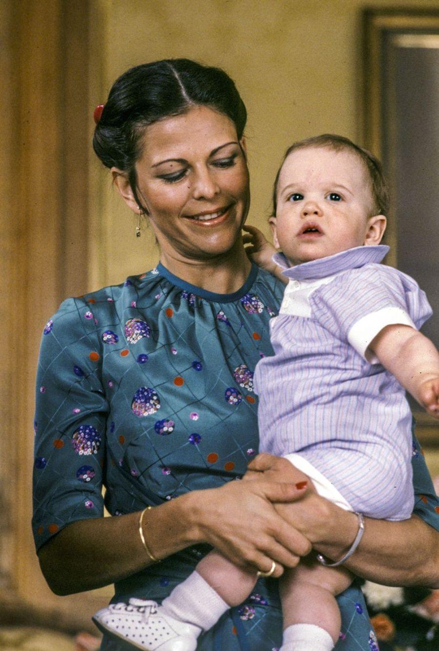 Le prince Carl Philip de Suède avec sa mère Silvia (mai 1980)