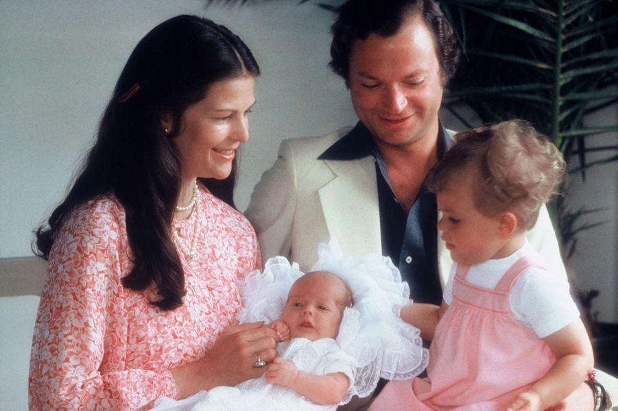 Le prince Carl Philip de Suède, avec ses parents et sa soeur Victoria, le 16 juillet 1979