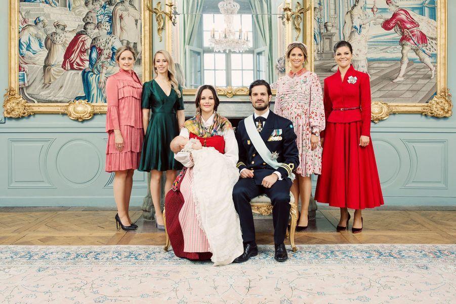 Photo officielle du baptême du prince Gabriel de Suède avec ses parents et ses quatre tantes