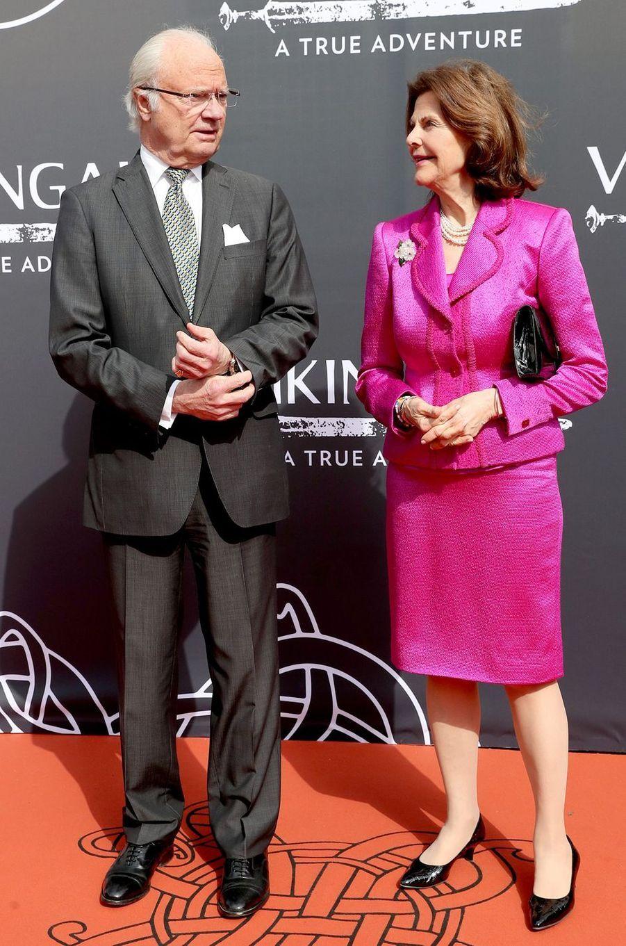 La reine Silvia et le roi Carl XVI Gustaf de Suède au musée Vikingaliv à Stockholm, le 28 avril 2017