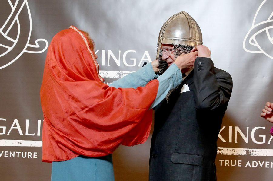 Le roi Carl XVI Gustaf de Suède coiffé d'un casque viking à Stockholm, le 28 avril 2017