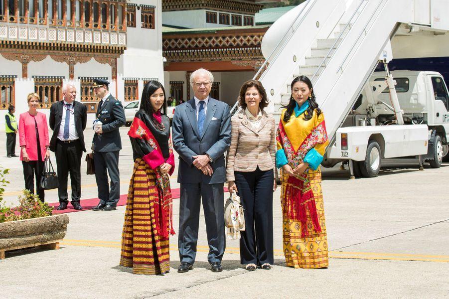 La reine Silvia et le roi Carl XVI Gustaf de Suède à leur arrivée à Paro, avec des princesses du Bhoutan, le 8 juin 2016