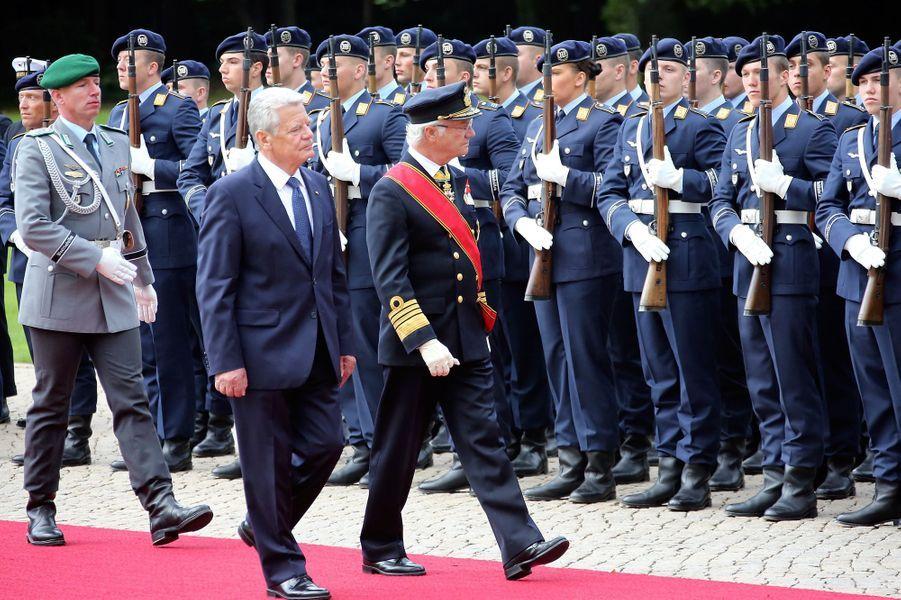 Revue des troupes par le roi Carl XVI Gustaf de Suède et le président allemand Joachim Gauck à Berlin, le 5 octobre 2016