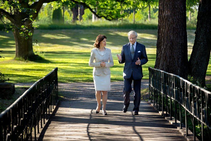 La reine Silvia et le roi Carl XVI Gustaf de Suède dans les jardins du château de Drottningholm à Stockholm, le 3 juin 2016