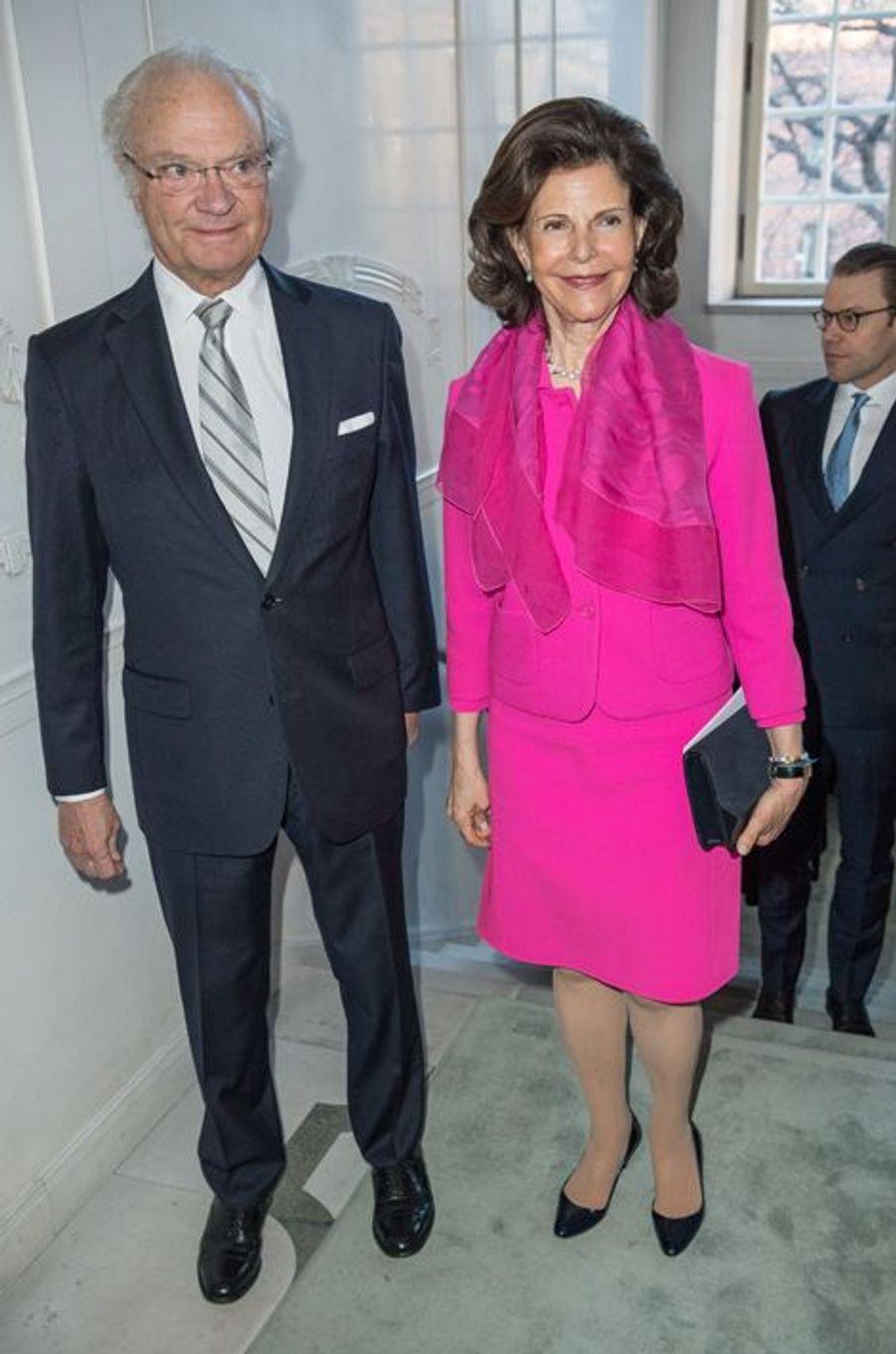La reine Silvia et le roi Carl XVI Gustaf de Suède au Théâtre royal dramatique à Stockholm, le 25 avril 2016