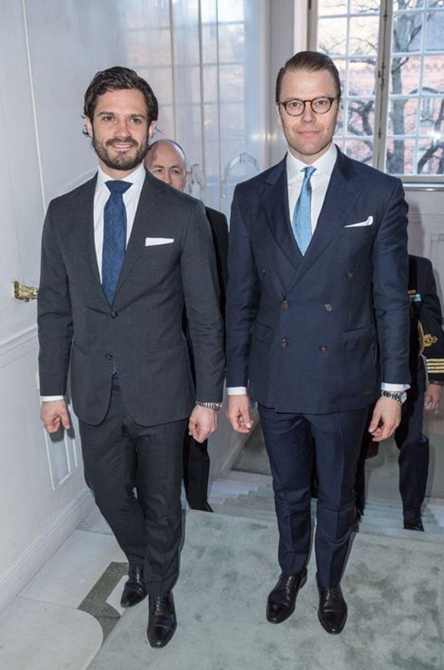 Les princes Carl Philip et Daniel de Suède au Théâtre royal dramatique à Stockholm, le 25 avril 2016