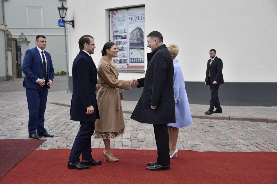 La princesse héritière Victoria de Suède et le prince consort Daniel accueillis par le couple présidentiel letton à Riga, le 27 avril 2018