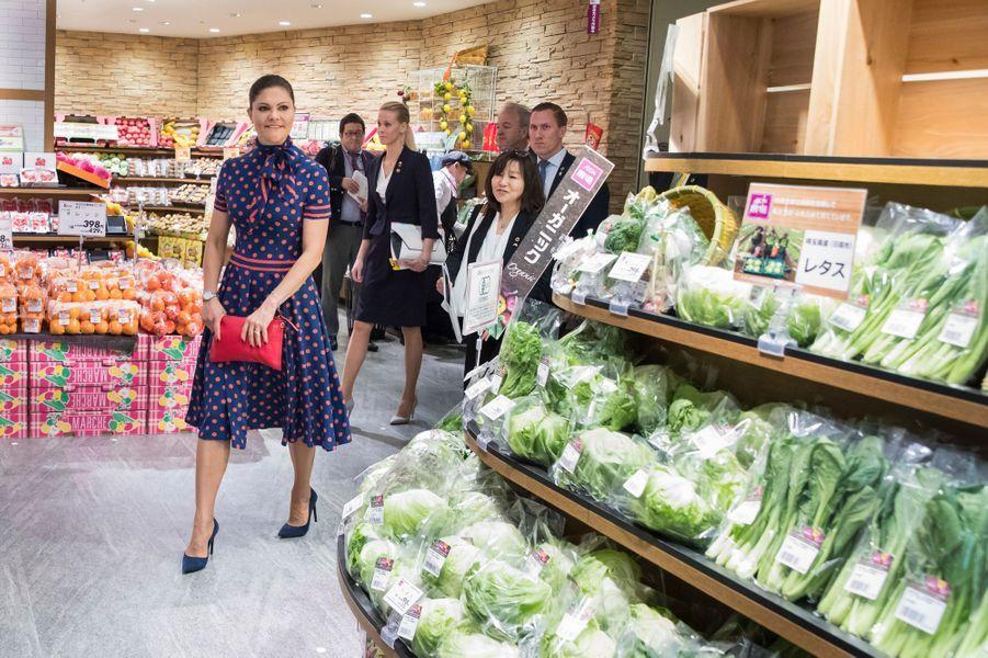 La princesse Victoria de Suède dans un supermarché à Tokyo, le 19 avril 2017