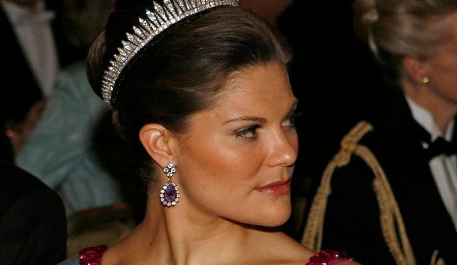 La princesse héritière Victoria, 31 ans, est officiellement fiancée, a annoncé le Palais royal suédois. Les fiançailles étaient très attendues, puisque la fille aînée du roi Carl XVI Gustaf et de la reine Silvia et son compagnon Daniel sont ensemble depuis 2002. Le mariage devrait avoir lieu au début de l'été 2010. Victoria Ingrid Alice Desiree va épouser Daniel Westling, 35 ans, qui n'a pas une goutte de sang bleu. L'heureux élu a été coach sportif personnel de la princesse, et il est aujourd'hui à la tête d'un réseau de salles de fitness de luxe.