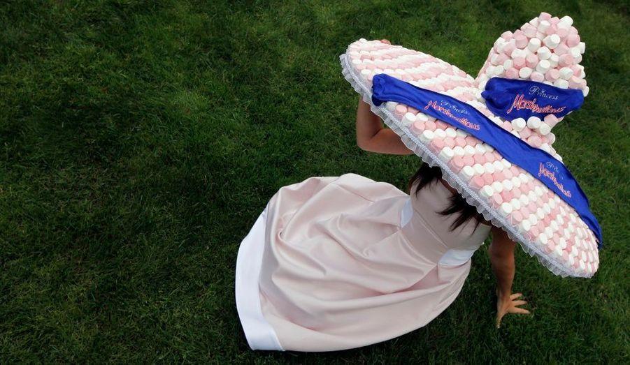 Cette année les chapeaux sont à l'honneur au prestigieux Meeting equestre britannique du Royal Ascot. En voici un beau modèle, entièrement composé de marshmallows.