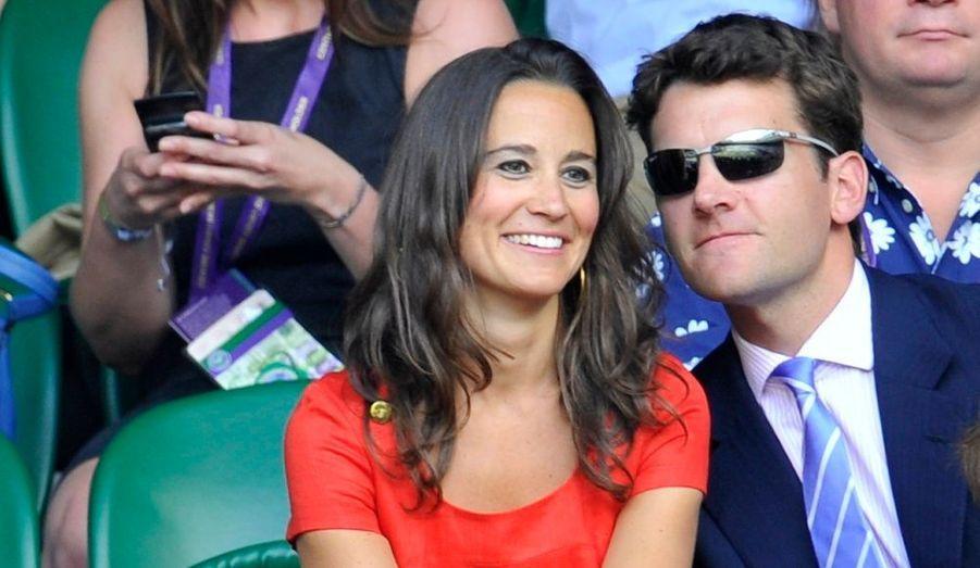 La sœur cadette de la duchesse de Cambridge a fait une apparition très remarquée, sur le court central de Wimbledon, au bras de son petit ami Alex Loudon. Pippa Middleton était également accompagnée de ses parents.