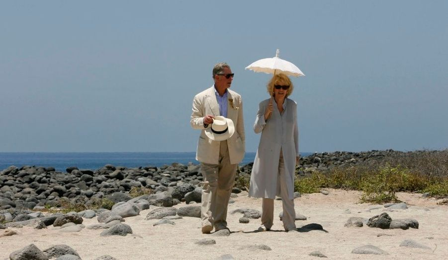 """Le Prince Charles et son épouse Camilla sont arrivés dimanche aux îles Galapagos (Equateur) dans le cadre d'une tournée en Amérique du sud qui les a également conduits au Chili et au Brésil. Ils ont visité les installations du Parc national de l'archipel inscrit au patrimoine naturel de l'Humanité par l'Unesco, dont il a été nommé garde. Ils se sont ensuite rendus à la station scientifique Charles Darwin à Puerto Ayora, capitale de l'île de Santa Cruz, dans le cadre des commémorations célébrant le 200e anniversaire de la naissance du naturaliste. Pour l'anecdote, l'héritier de la couronne britannique a par ailleurs baptisé """"Williams"""" un bébé tortue du Centre d'élevage des tortues géantes des Galapagos en captivité."""
