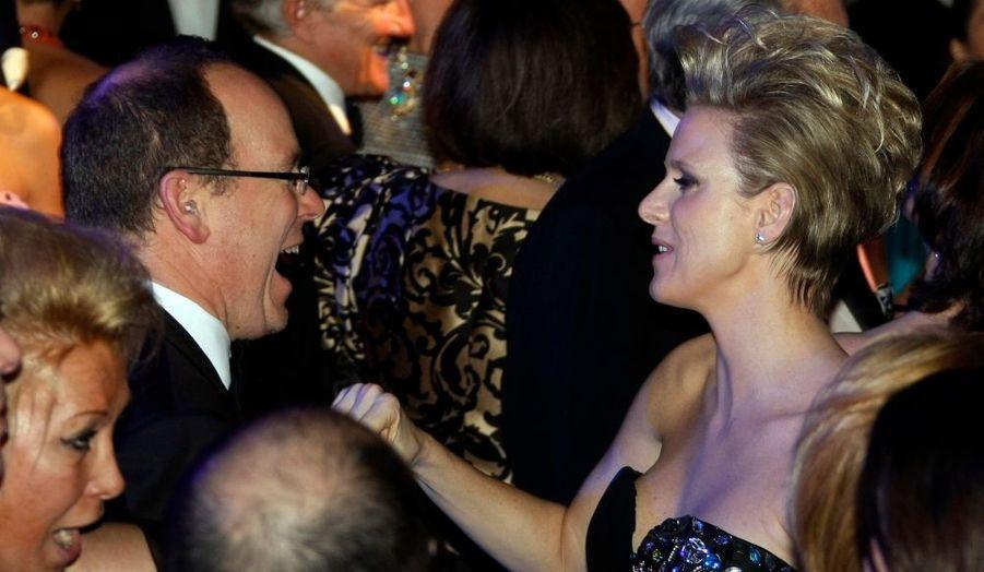 Comme prévu, le Bal de la Rose s'est tenu à Monaco samedi soir. Cette année, c'est l'ambiance rock'n'roll qui était à l'honneur. Ici, le Prince Albert II et la nageuse sud-africaine Charlene Wittsotck (en Giorgio Armani), en train de danser.