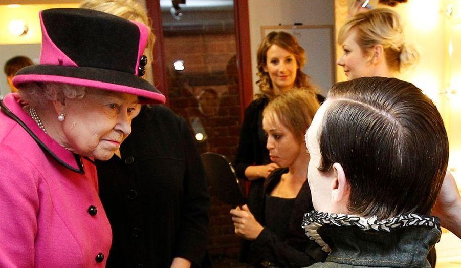 La reine Elisabeth II parle avec la troupe du Royal Shakespeare Theatre avant une représentation à Stratford-upon-Avon.