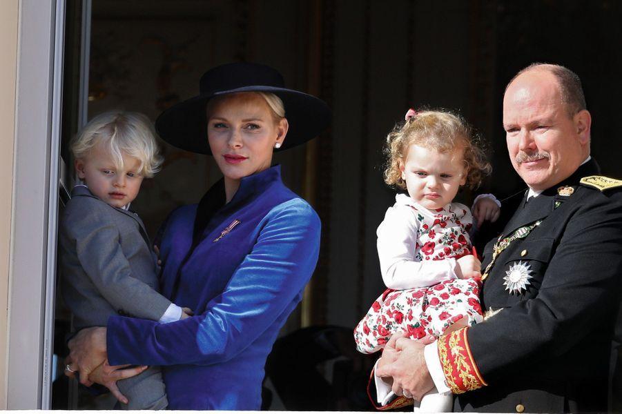 La comtesse de Carladès et le marquis des Baux, bientôt 3 ans, subjugués par la grosse caisse de la fanfare. Dimanche 19 novembre au palais.