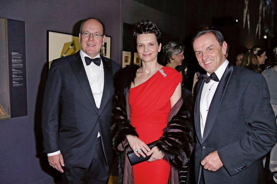 Ce fut une soirée éblouissante: plus de 200 invités riches et célèbres venus du monde entier ont admiré les 600 créations du joaillier dans le salon d'honneur du Grand Palais. Parmi eux, Ira de Fürstenberg, les Giscard d'Estaing en famille, le cheikh Hamad Bin Abdullah al-Thani, le maharadjah Tikka de Kapurthala, dont les boutons de costume sont sertis de diamants. Fascinée par les bijoux «d'avant-guerre», Kristin Scott Thomas remarquait: «Chaque somptueuse parure que portaient ces femmes de milliardaires américains pique ma curiosité et, derrière les diamants et les émeraudes, j'imagine leurs vies comme des romans!» Port de reine, Juliette Binoche avoue son penchant pour la panthère, animal emblématique de la maison. Et durant l'exquis souper, concocté par Jean-Pierre Vigato, qui suivit la visite de l'exposition, Albert de Monaco confiait au président de Cartier, Stanislas de Quercize: «J'étais très ému de voir les bijoux de ma mère dans une vitrine.»