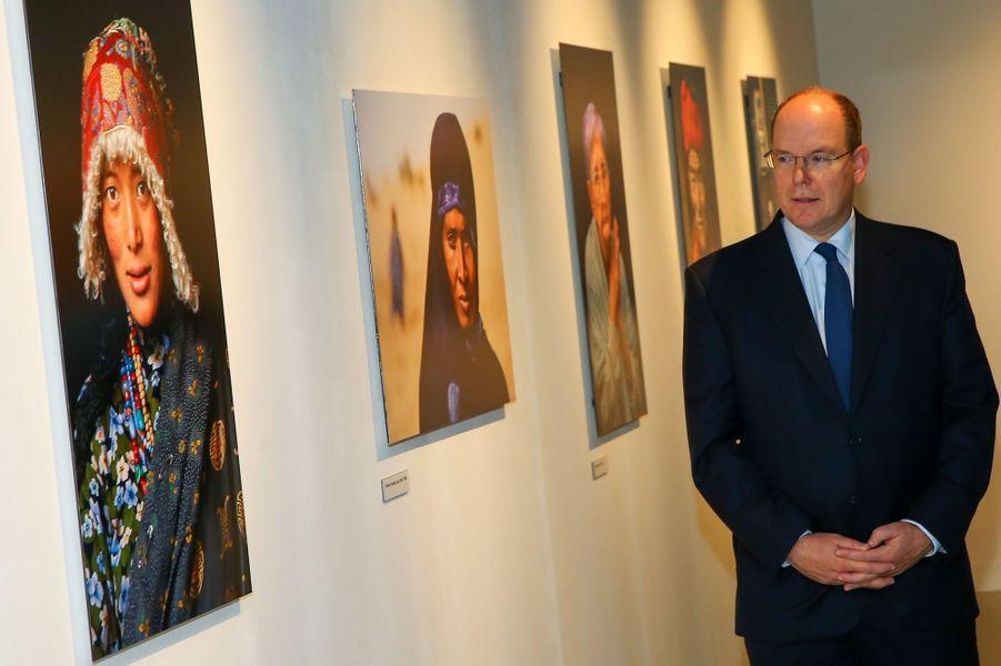 Le prince Albert II visite l'exposition de photos de Steve McCurry à Monaco, le 6 novembre 2015