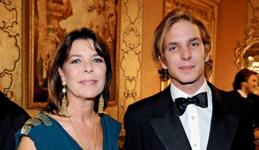 Quand son fils aîné lui a présenté Tatiana, en 2004, Caroline ne s'est pas trompée. L'instinct maternel, sans doute. D'emblée, elle a su que cette brune aux yeux clairs rendrait Andrea heureux. La princesse de Hanovre a alors tout fait pour protéger leur amour naissant. Huit ans plus tard, le couple s'aime comme à 20 ans. En vacances sur la Méditerranée ou lors de sorties officielles à Monaco, l'ensemble de la famille Grimaldi apprécie la discrétion de l'héritière colombienne, son élégance bohème et le soutien qu'elle apporte à celui qui un jour pourrait prendre la tête de l'Etat monégasque. Le 4 juillet, par des mots simples envoyés à la presse, c'est une maman comblée qui a fait part de sa joie et de sa fierté. Andrea et Tatiana sont désormais fiancés.Caroline de Hanovre avec son fils lors d'une soirée de bienfaisance au bénéfice de la Fondation Motrice, dont Andrea est le parrain, le 14 octobre 2008 à Paris.