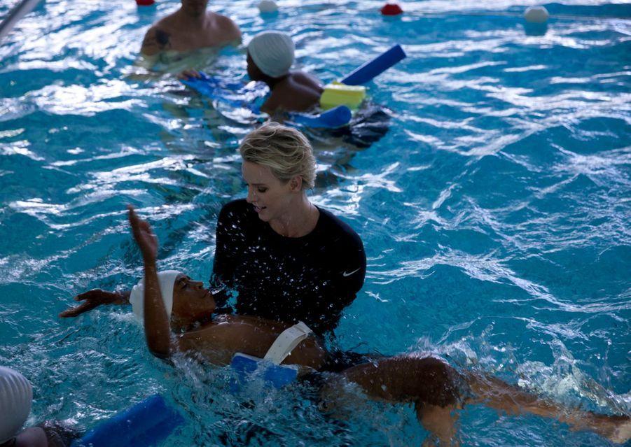 Charlène de Monaco donne un cours de natation à de jeunes rugbymen sud-africain à l'occasion du Tournoi Sainte Dévote
